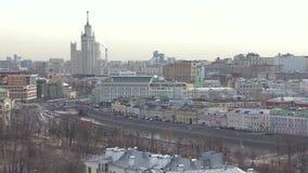与斯大林` s高层建筑物的莫斯科都市风景,射击 股票录像
