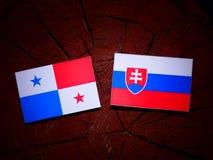 与斯洛伐克的旗子的巴拿马旗子在被隔绝的树桩 图库摄影