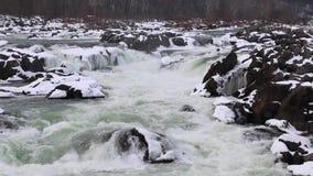 与斯诺伊岩石的伟大的秋天冬天浪端的白色泡沫瀑布-巨大秋天国家公园 影视素材