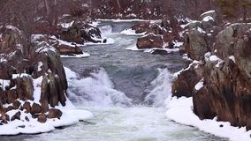 与斯诺伊岩石的美丽的冬天浪端的白色泡沫瀑布-巨大秋天国家公园 股票录像