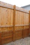 与新上面的篱芭的木护墙- 库存照片