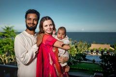 与新出生的婴孩的混合的族种家庭 库存图片