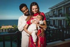 与新出生的婴孩的混合的族种家庭 免版税库存照片