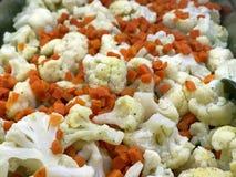 与新切片的可口和豪华开胃酒花椰菜和红萝卜 库存图片