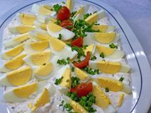与新切片的可口开胃酒煮沸的鸡蛋和草本 免版税图库摄影