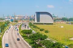与新加坡货物口岸的汽车通行在背景 图库摄影