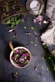 与新夏天绿色的在土气木桌上的沙拉和草本 看法从上面,大方的本体空间 免版税库存照片