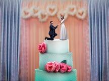 与新娘和新郎小雕象的婚宴喜饼 库存照片