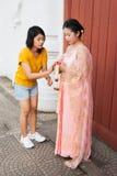 与新娘模型的泰国女孩协助 免版税库存照片