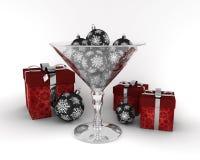 与新年度装饰球的玻璃杯子 免版税图库摄影