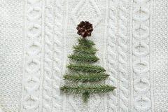 与新年树装饰的圣诞节温暖的被编织的背景由棍子制成 葡萄酒与手工制造圣诞节tr的圣诞卡 库存图片