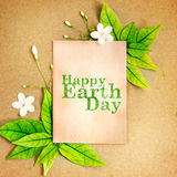 与新春天绿色叶子borde的愉快的世界地球日纸板料 免版税库存照片
