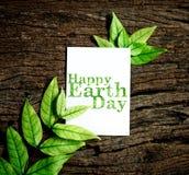 与新春天绿色叶子borde的愉快的世界地球日纸板料 免版税库存图片