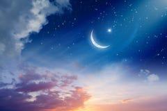 与新月形月亮和星的赖买丹月Kareem背景 免版税库存照片
