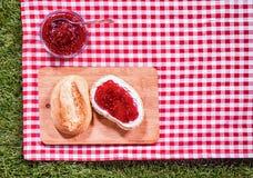 与新有壳的卷的草莓蜜饯 图库摄影