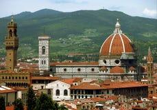 与新生地标的佛罗伦萨,意大利地平线 免版税库存照片