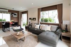 与新的勒克斯硬木地板和看法的美好的室内部  免版税库存照片