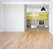 与新的厨房的舱内甲板 库存图片