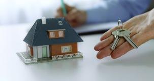 与新的家庭房子钥匙的不动产房地产经纪商在手中 影视素材