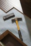 与新的层压制品的地板的锤子和块 免版税库存图片