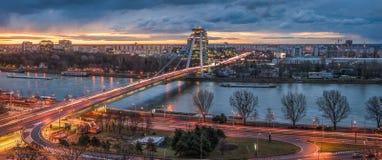 与新的桥梁的布拉索夫都市风景在日出 库存照片