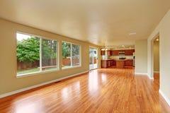 与新的硬木地板的空的房子内部 图库摄影