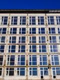 与新窗口和混凝土墙的未完成的大厦在完成和绘前 图库摄影