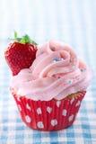 与新草莓和拷贝空间的桃红色杯形蛋糕 免版税库存图片