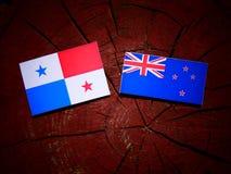 与新西兰旗子的巴拿马旗子在被隔绝的树桩 免版税库存照片