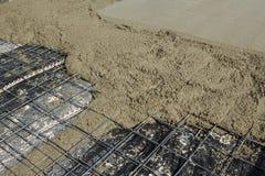 与新近地倾吐的混凝土板的钢加强的滤网 免版税库存照片