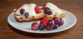 与新鲜水果和奶油全景的烤饼 库存图片