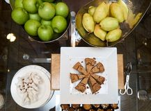与新鲜水果和酥皮点心蛋糕的表 库存照片