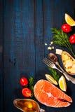 与新鲜的三文鱼、草本、巴马干酪和香料的构成 背景许多饺子的食物非常肉 文本的空间 库存图片