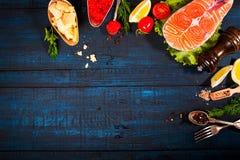 与新鲜的三文鱼、草本、巴马干酪和香料的构成 背景许多饺子的食物非常肉 文本的空间 库存照片