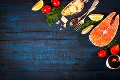 与新鲜的三文鱼、草本、巴马干酪和香料的构成 背景许多饺子的食物非常肉 文本的空间 免版税库存图片