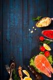 与新鲜的三文鱼、草本、巴马干酪和香料的构成 背景许多饺子的食物非常肉 文本的空间 免版税库存照片