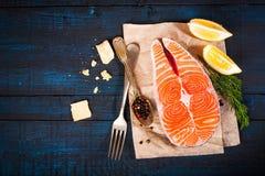 与新鲜的三文鱼、草本、巴马干酪和香料的构成 背景许多饺子的食物非常肉 库存图片