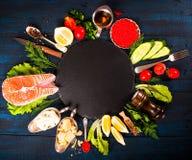 与新鲜的三文鱼、草本、巴马干酪和香料的构成 背景许多饺子的食物非常肉 免版税库存图片