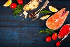 与新鲜的三文鱼、草本、巴马干酪和香料的构成 背景许多饺子的食物非常肉 免版税库存照片