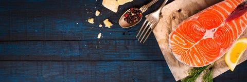与新鲜的三文鱼、草本、巴马干酪和香料的构成 背景许多饺子的食物非常肉 库存照片