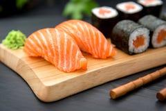 与新鲜的三文鱼和MakiTraditional日本人食物的寿司Nigiri 免版税库存图片