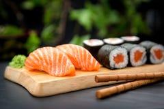 与新鲜的三文鱼和MakiTraditional日本人食物的寿司Nigiri 图库摄影