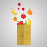 与新鲜的健康产物的纸包裹 新鲜水果100%自然 库存图片