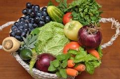 与新鲜的健康菜和果子的白色篮子 免版税图库摄影