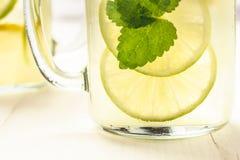 与新鲜的冷的冰、柠檬和薄荷叶的柠檬水鸡尾酒Mojito在金属螺盖玻璃瓶 库存图片