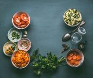 与新鲜的切成小方块的菜的食物背景,烹调匙子和玻璃瓶子,顶视图,框架 食物健康素食主义者 图库摄影