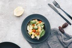 与新鲜的夏天菜的沙拉 免版税库存照片