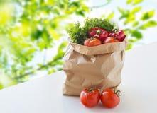 与新鲜的成熟菜的纸袋在桌上 图库摄影