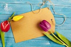 与新鲜的春天郁金香的空白的标记 免版税库存图片