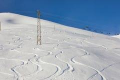 与新鲜的曲线的滑雪倾斜 免版税库存图片